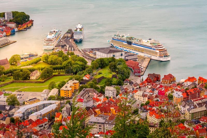 De mening van Bergen, Noorwegen met huizen en cruiseschepen royalty-vrije stock afbeeldingen