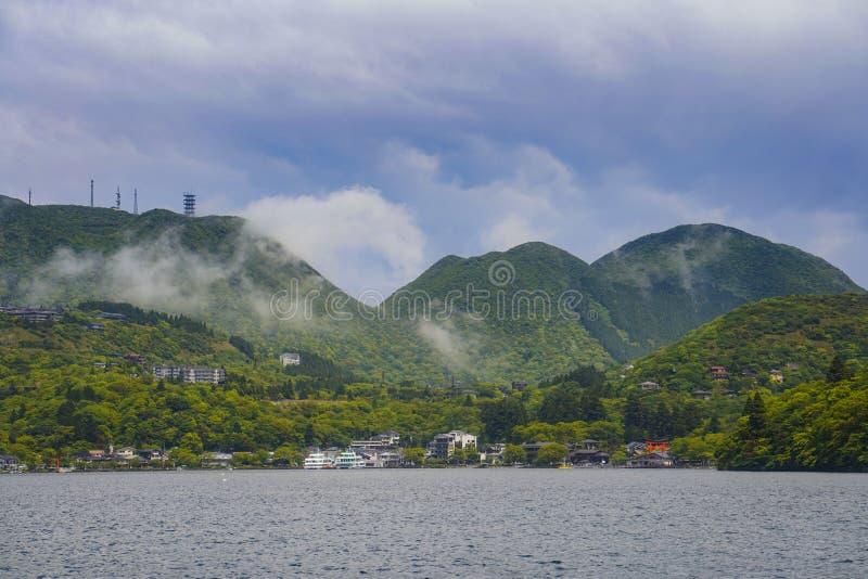 De mening van bergen op het Meer Kawaguchi Het is de tweede - grootst van Fuji Vijf Meren in termen van oppervlakte royalty-vrije stock fotografie