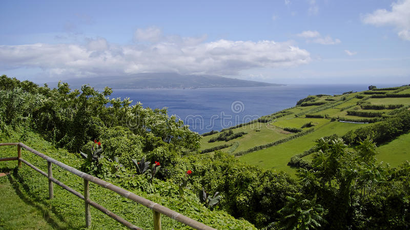 De mening van bewolkt eiland Pico. De Azoren. stock foto