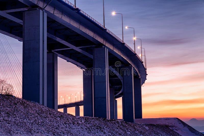 De mening van de bodemzonsondergang van kabel-gebleven brug in Vladivostok, Rusland royalty-vrije stock foto