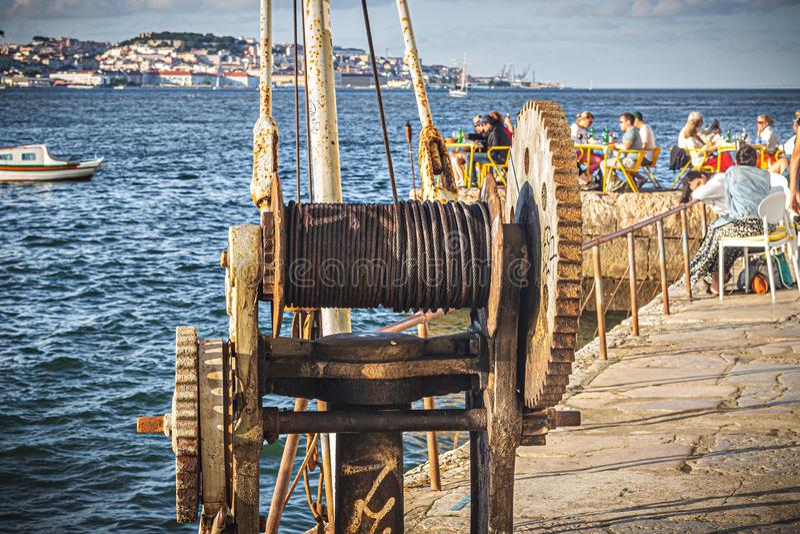 De mening van Cacilhas 'Cais do Ginjal 'aan Lissabon royalty-vrije stock foto