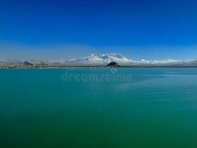De mening van Van castle van meer Sneeuwbergenachtergrond Artosberg Turkije royalty-vrije stock afbeeldingen