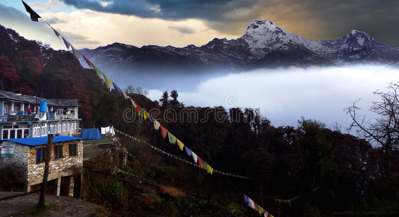 De mening van de Annapurnabergketen van Tadapani stock afbeelding