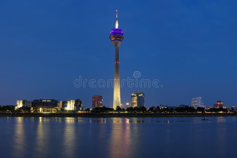 De mening van de avond over de toren van TV in Dusseldorf royalty-vrije stock foto