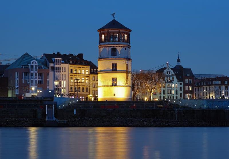 De mening van de avond van Schlossturm in Dusseldorf, Duitsland stock fotografie