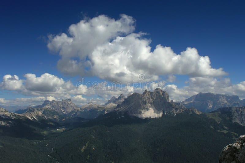 De mening van de berg met dramatische wolken stock afbeelding