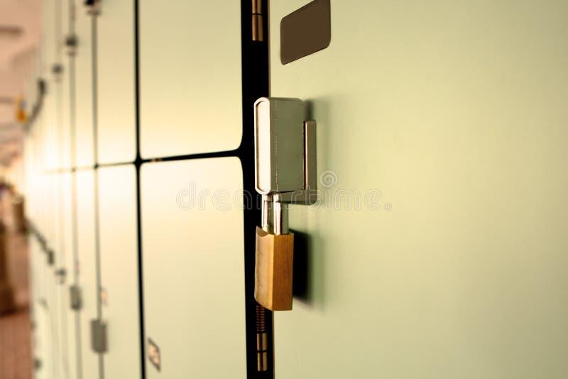 De mening van de close-up van een slot op een schoolkast met rij stock afbeelding