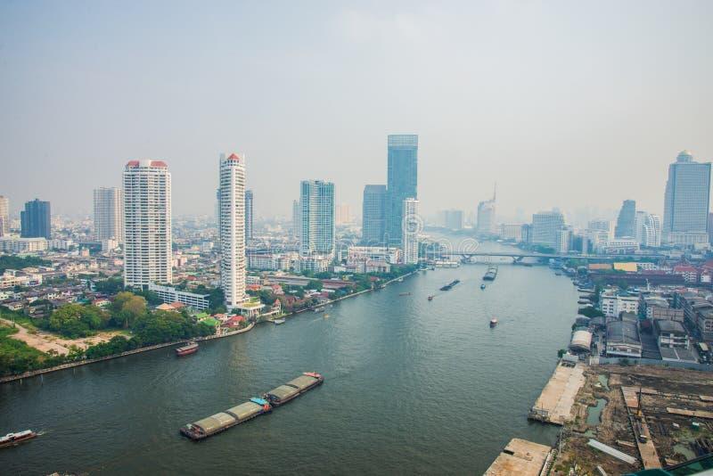 De mening van de de stadshorizon van Bangkok met Chaophraya-rivier royalty-vrije stock afbeelding