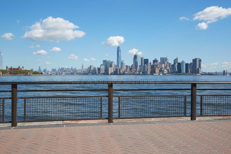 De mening van de de stadshorizon van New York van leeg dok met traliewerk stock afbeeldingen