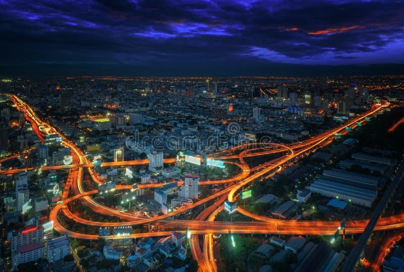 De mening van de de stadsnacht van Bangkok met hoofdverkeer royalty-vrije stock foto