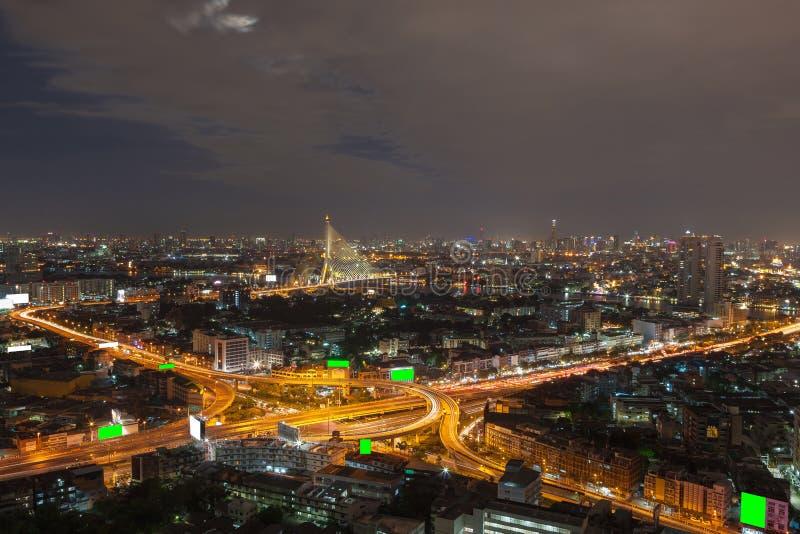 De mening van de de stadsnacht van Bangkok met hoofdverkeer royalty-vrije stock fotografie