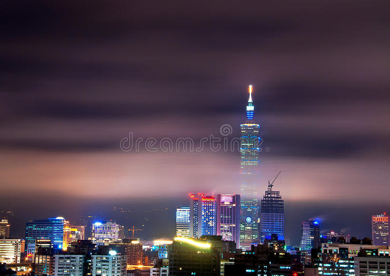 De mening van de de stadsnacht van Taipeh stock foto