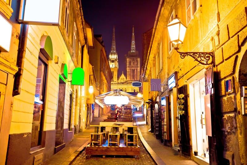 De mening van de de straat llght avond van Zagreb stock foto's