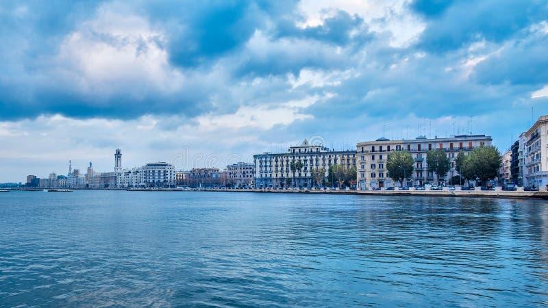 De mening van de de strandboulevardstad van Bari van jachthaven Blauwe overzees en bewolkte hemel stock fotografie