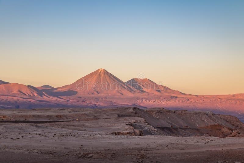 De mening van de Licancaburvulkaan van Maan en Doodsvallei - Atacama-Woestijn, Chili stock foto's