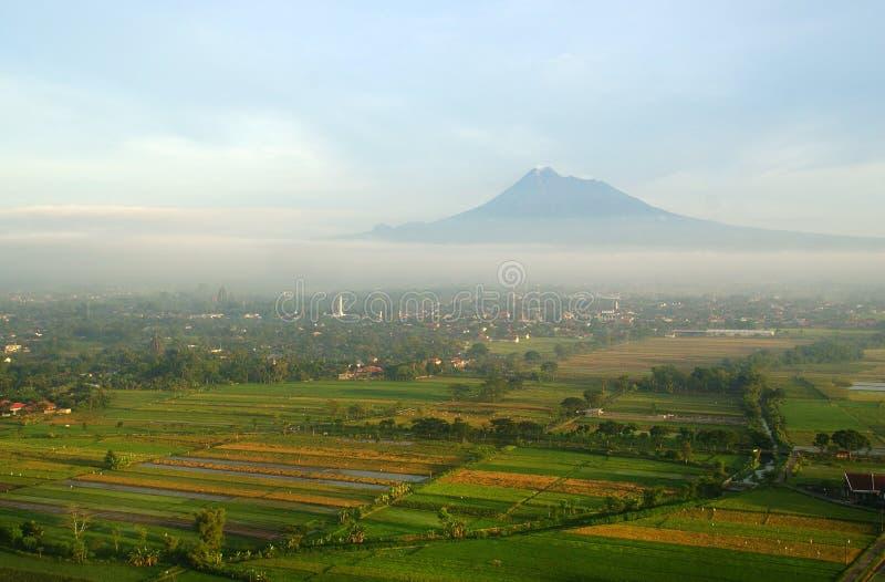De mening van de Merapiberg in Yogyakarta royalty-vrije stock fotografie