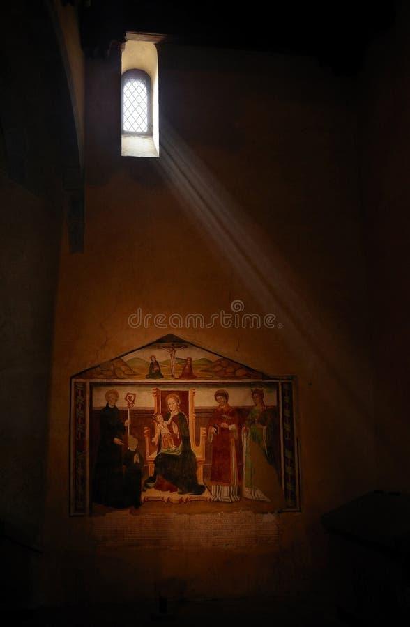 De mening van de mysticus in een kerk stock afbeeldingen
