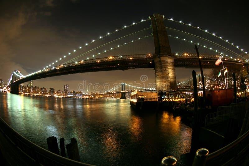 De mening van de nacht aan de brug van Manhattan en van Brooklyn royalty-vrije stock foto