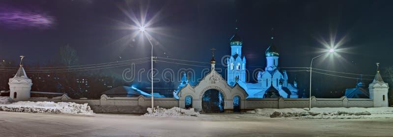 De mening van de nacht aan orthodoxe kathedraal in de winter stock foto's