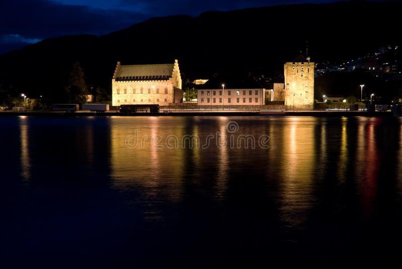 De mening van de nacht van Bergenhus Vesting, Bergen, Noorwegen stock afbeelding