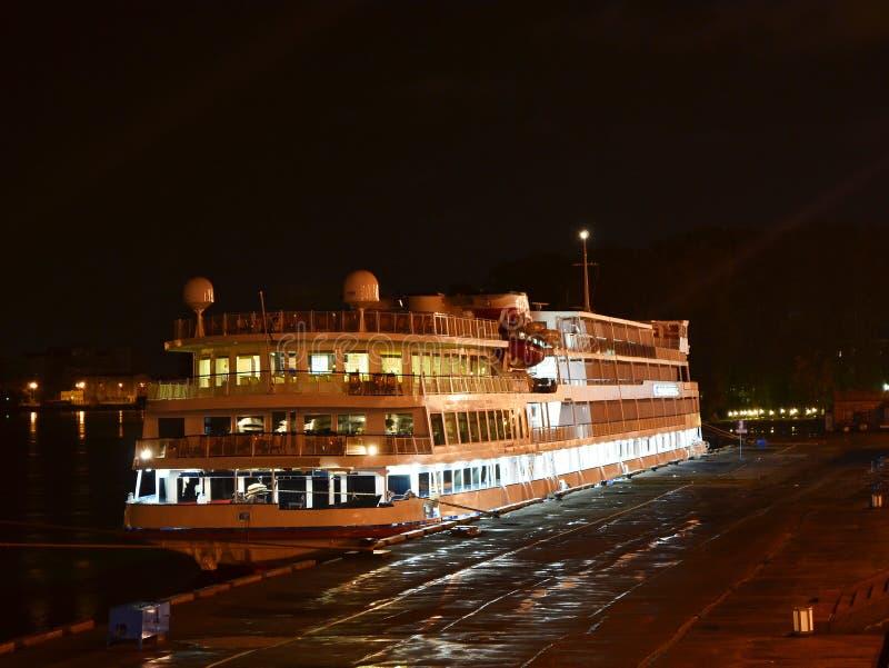 De mening van de nacht van cruiseboot. stock fotografie
