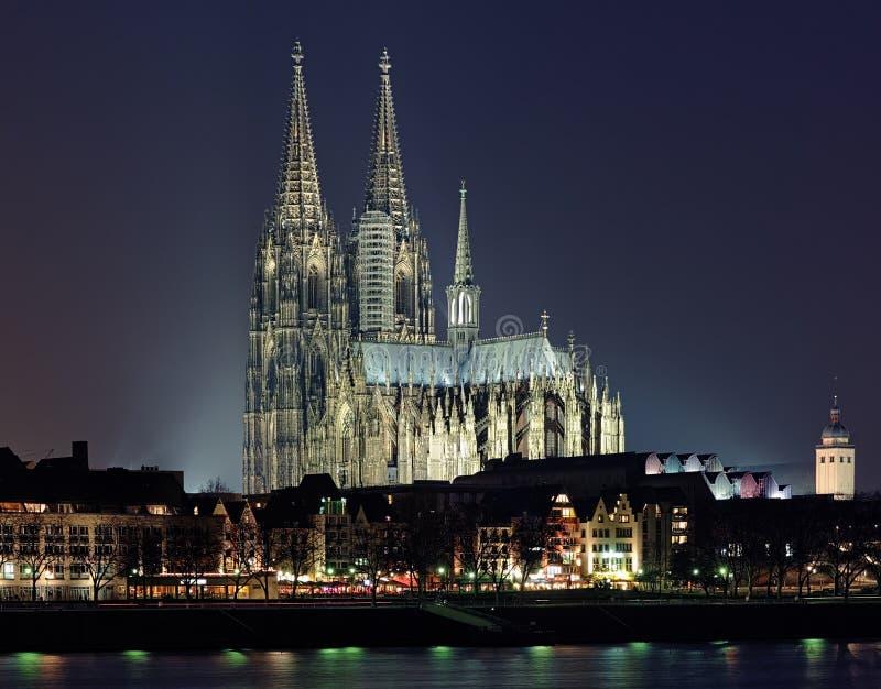 De mening van de nacht van de Kathedraal van Keulen, Duitsland stock fotografie