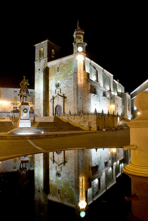De mening van de nacht van het belangrijkste vierkant van Trujillo (Spanje) royalty-vrije stock foto's