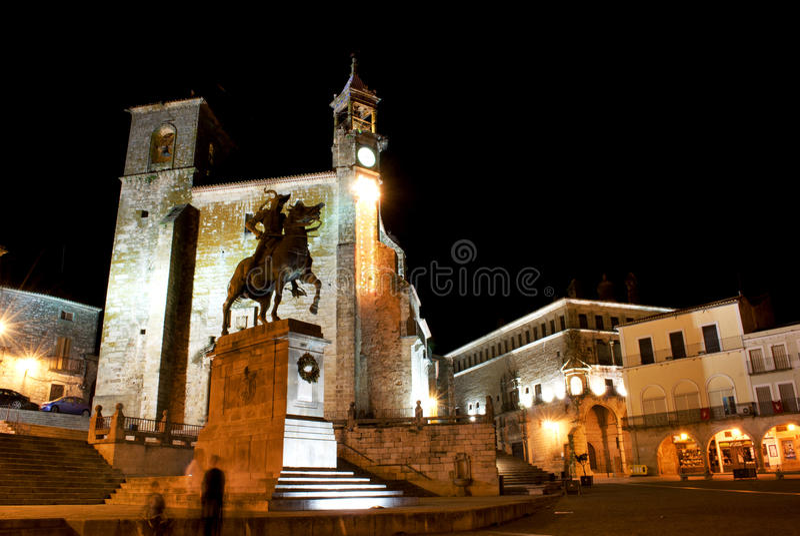 De mening van de nacht van het belangrijkste vierkant van Trujillo (Spanje) stock afbeeldingen