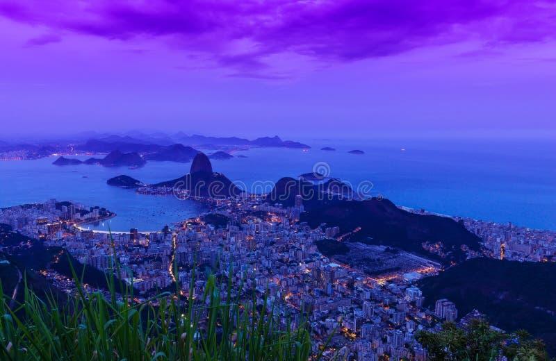 De mening van de nacht van het Brood en Botafogo van de bergSuiker in Rio de Janeiro stock fotografie
