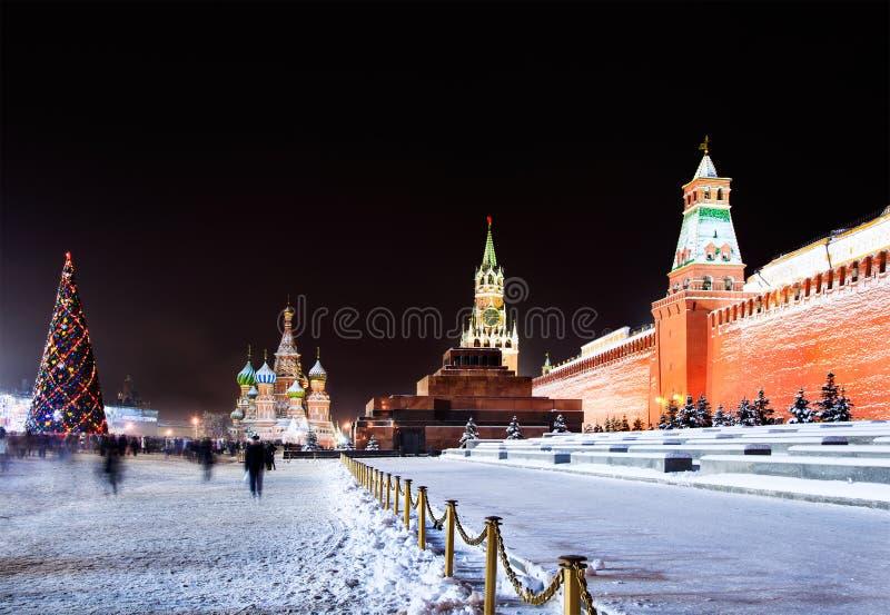 De mening van de nacht van het Rode Vierkant in Moskou met decorum stock foto's