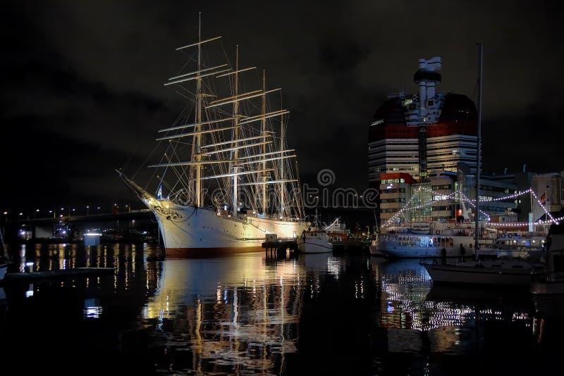 De mening van de nacht van het schip Viking in Gothenburg stock afbeeldingen