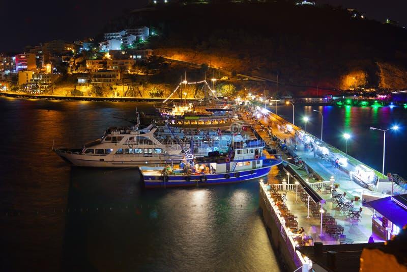 De mening van de nacht van Kusadasi Turkije stock afbeelding