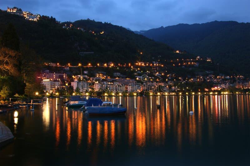 De mening van de nacht van Meer Genève en de Alpen royalty-vrije stock foto's
