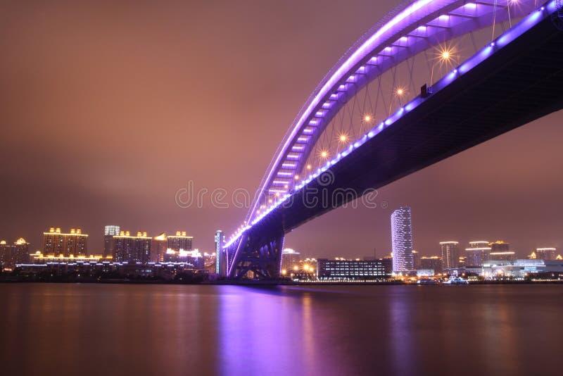 De mening van de nacht van moderne brug royalty-vrije stock afbeeldingen