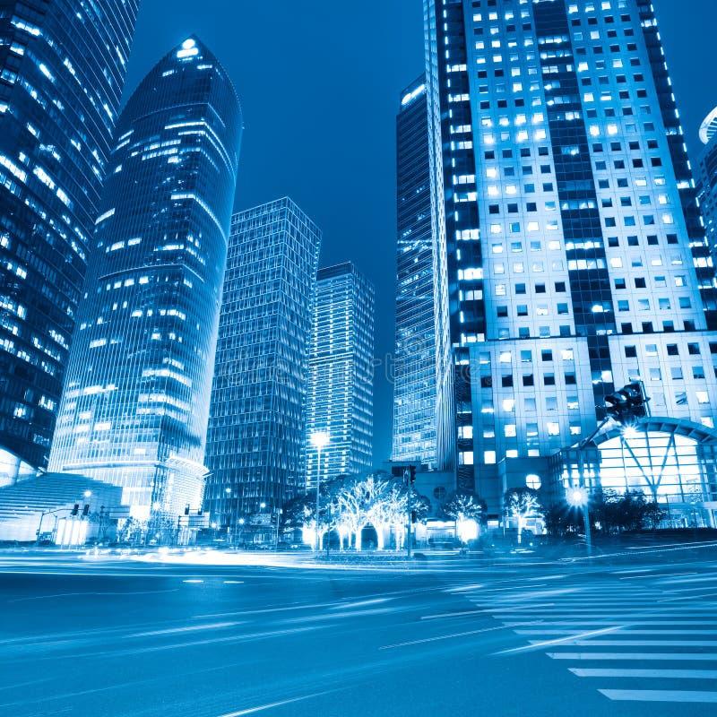 De mening van de nacht van moderne straat in Shanghai stock foto's