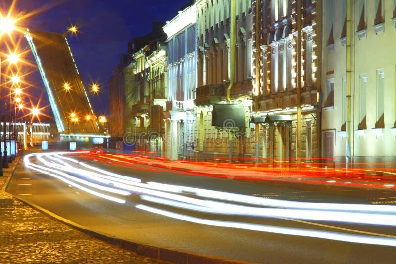 De mening van de nacht van St Petersburg Dvortsovayadijk en Troitsky-Brug stock foto