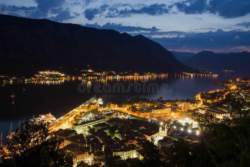 De mening van de nachtscène van de stad bij het overzees royalty-vrije stock afbeelding