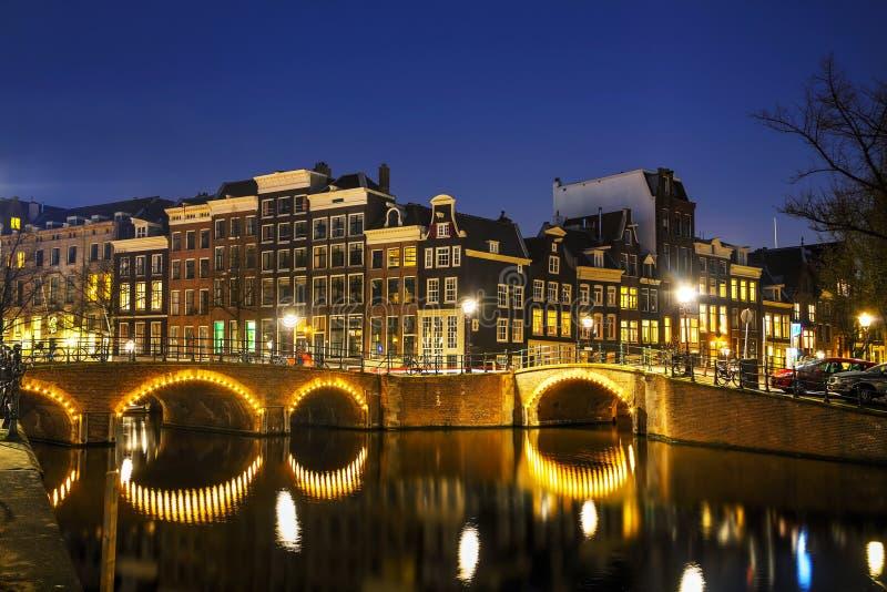 De mening van de nachtstad van Amsterdam royalty-vrije stock afbeeldingen