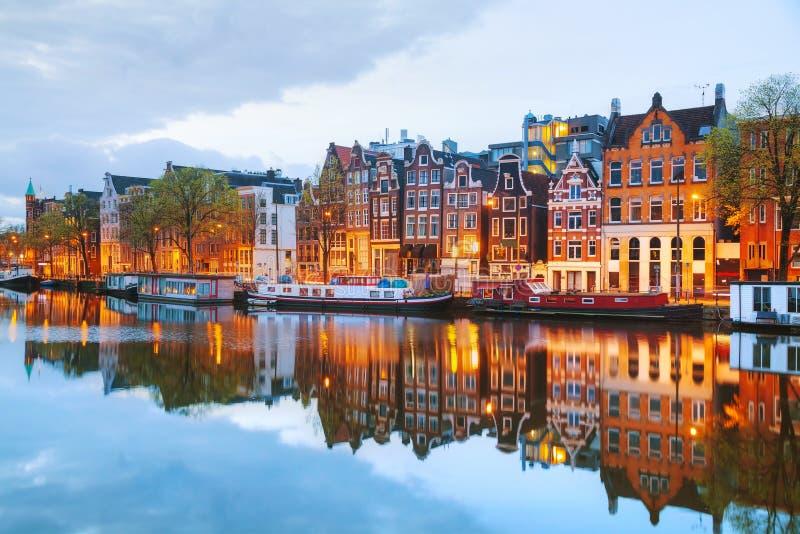 De mening van de nachtstad van Amsterdam, Nederland royalty-vrije stock afbeelding