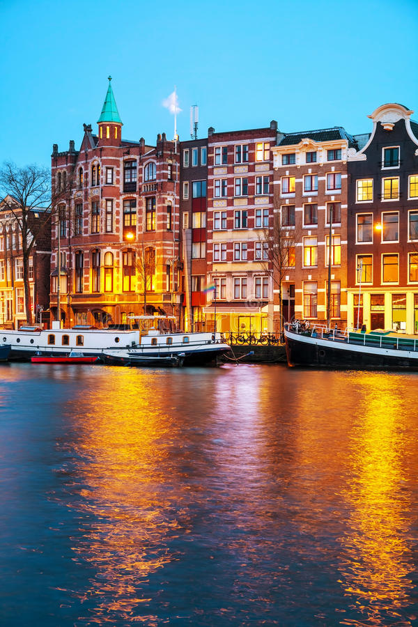 De mening van de nachtstad van Amsterdam, Nederland royalty-vrije stock foto