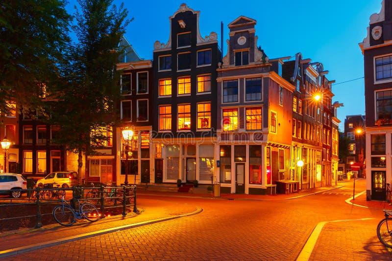 De mening van de nachtstad van de huizen van Amsterdam stock foto