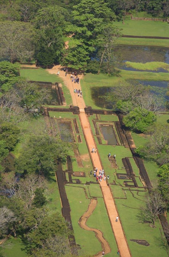 De mening van de overblijfselen van het paleis van Sigiriya, Watertuin Sri Lanka royalty-vrije stock foto