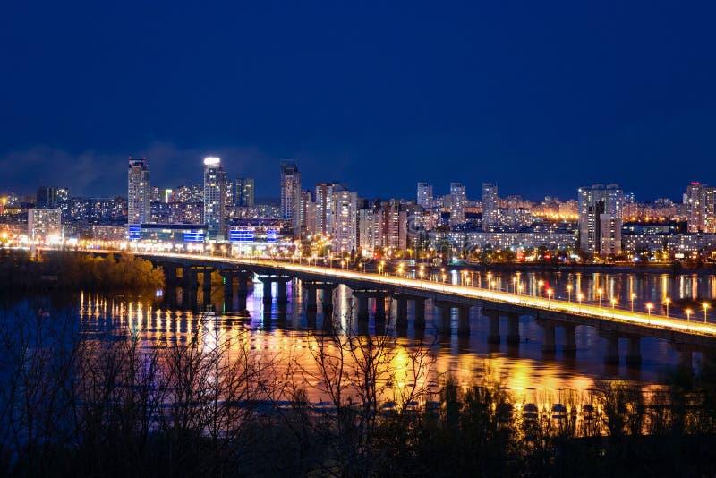 De Mening van de Patonbrug en Landschap van Nacht Kyiv royalty-vrije stock foto's
