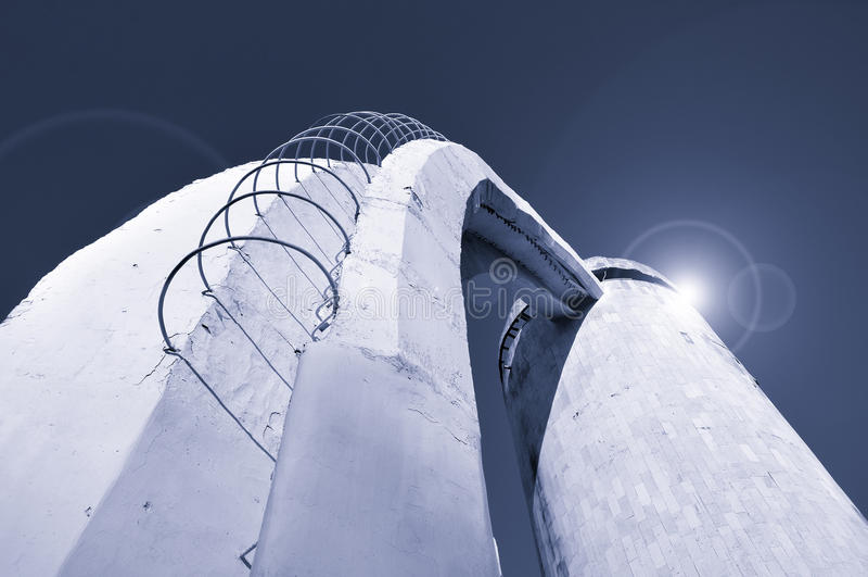De mening van de perspectiefbodem van treden van beton en rebar wordt gemaakt, leidend aan de kolom ingebouwde futuristische kosm royalty-vrije stock afbeelding