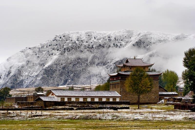 De mening van de sneeuw van tibetan dorp bij shangri-La China royalty-vrije stock afbeelding