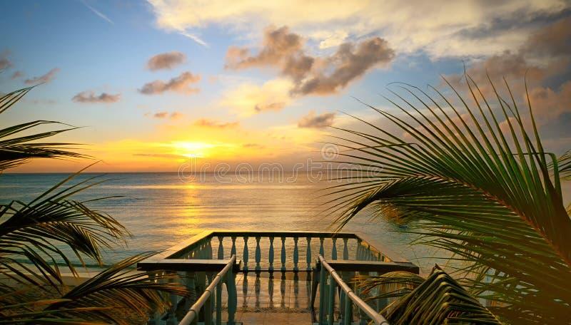 De mening van de terrassen van de mooie zonsondergang op het strand. stock foto