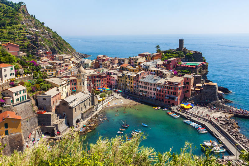 De mening van de Vernazzastad in Cinque Terre stock fotografie