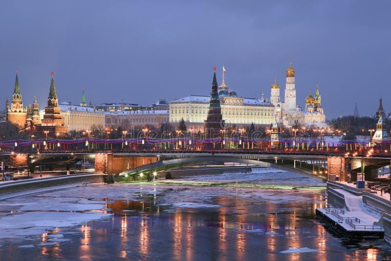 De mening van de winter van de rivier en het Kremlin van Moskou royalty-vrije stock afbeelding