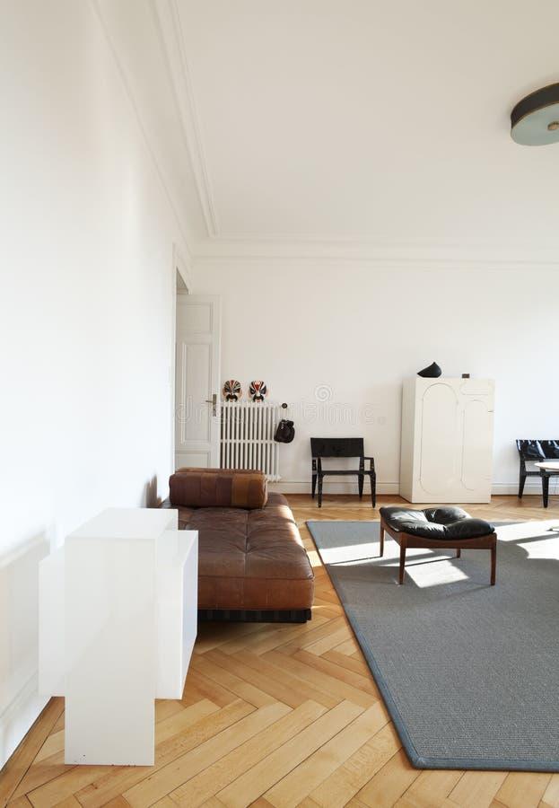 De mening van de Zaal met retro meubilair stock fotografie