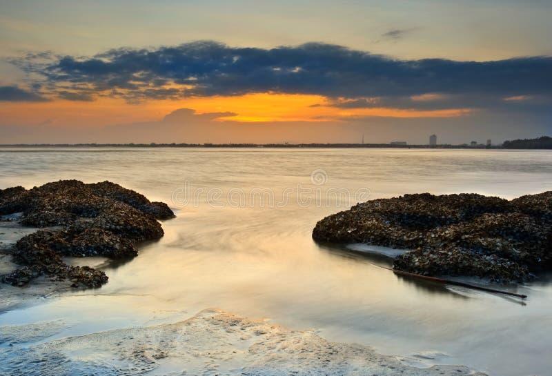 De mening van de zonsondergang bij strand zijKuantan Maleisië royalty-vrije stock afbeelding